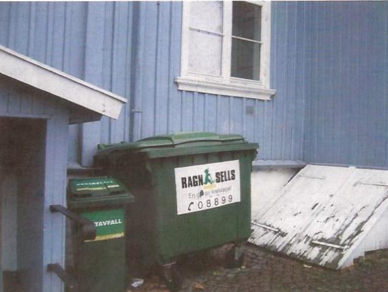 Lite heldig avfallshåndtering bak bibliotekbygningen på Torget.