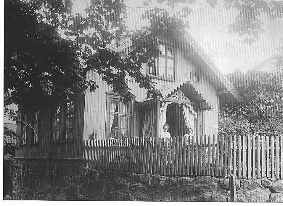 """""""Pol'lti Mørk"""" hadde fra starten av sin karriere i Drøbak kontor hjemme hos seg selv i Hospitalet. Dette ble antakelig for masete, spesielt når det gjaldt underefogdstillingen, slik at han etter hvert leide seg kontorplass ute i byen. Huset på bildet har i dag adresse Husvikveien 1 og her har Mørk hatt kontor. På baksiden av bildet har han selv skrevet """"Drøbak 13 Marts 1913"""". Arne Kjøia, som i dag eier huset, kan fortelle at han av sine foreldre er blitt fortalt at Mørk hadde kontor der da de kjøpte huset i 1920, og at han fortsatte med dette, men Kjøia vet ikke hvor lenge."""