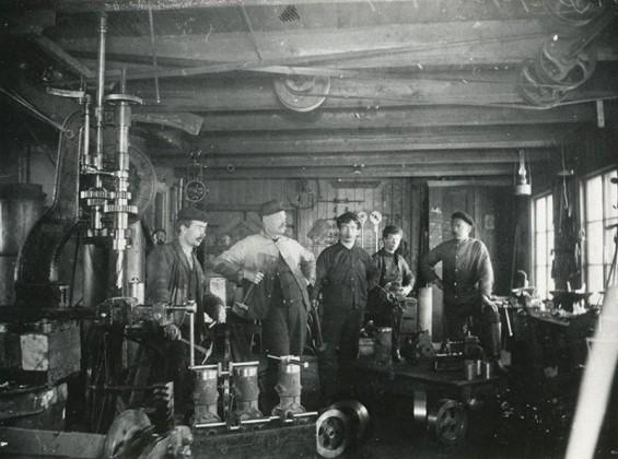Drøbak Mekaniske Verksted 1907. Fra v. Johnny Christoffersen, Anton J. Christoffersen, Bernhard Engebretsen, Einar Christoffersen, Carl Christoffersen. I døren, Gustav Hansen.