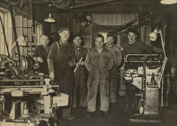 """Drøbak Mekaniske Verksted 1953. Ukjent, Birger Pedersen, Erik Thorbjørnsen, Theis Hagen, Odd Pedersen og """"Rokvam""""."""
