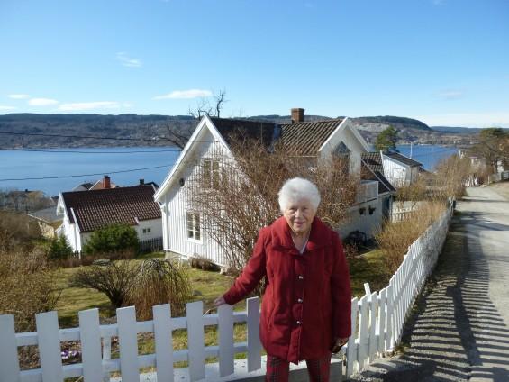 Marit J Hansen foran tippoldefar Torchels hus 21mars12