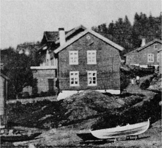 """Drøbak. """"Bilder fra en svunden tid"""" 1974 s.36. Ca. 1890, tidlig i Søren Haagensens eiertid. Den var ikke hvit, da."""