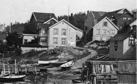 20 år senere. I slutten av Søren Haagensens eiertid. Drøbak. Bilder fra en svunden tid 1974 s.37. Tilbygget mot fjorden er nytt. Ny er flaggstanga også. egg merke til at mange trakk inn båtene på land. Moloen og havneutbyggingen forandret dette.