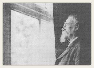 Edvard Diriks skuer ut av vinduet mot skipene som passerer på fjorden