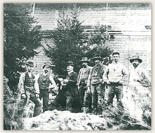 Knut Hamsun og hans hårdt prøvede bygningsarbeidere foran det vordende «Maurbakken.