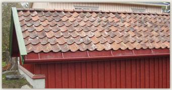 Eksempel på hvor vakkert og stilriktig det kan bli ved bruk av gammel takstein på ny garasje innenfor verneområdet.