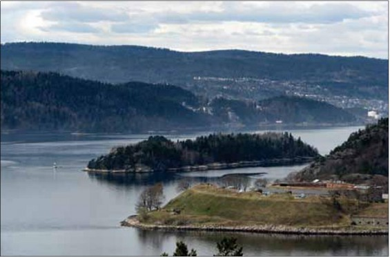 Syd for Håøya ligger Bergholmen vakkert plassert midt i innløpet til Vestfjorden. Mellom Håøya og Bergholmen ser vi Kloa-sundet.