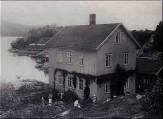 Dette fotografiet av hovedhuset på Bergholmen er tatt ca. 1929. Det ble utlånt til Verneforeningen Gamle Drøbak av Erna Holm Andersen og trykt i «Drøbakskalenderen 2006». Erna Holm Andersen bodde hos sine besteforeldre på Bergholmen fra 1925 til 1931. Huset er nå overtatt av Oslofjorden Friluftsråd.