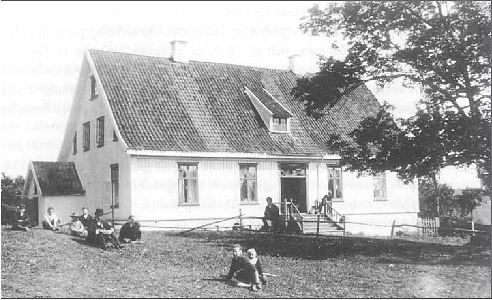 Hovedbygningen på Drøbak Prestegård Seiersten, sannsynligvis fotografert i 1890-årene. Bygningen var oppført i 1831 av Otto Bull som var Drøbaks første sogneprest etter utskillelsen fra Ås i 1823. (Foto: Oslo Bymuseum – Wilses samling)