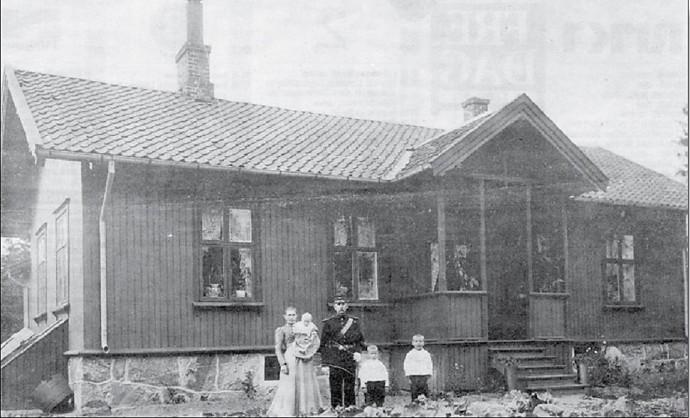 TJENESTEMANNSBOLIGEN PÅ SEIERSTEN HØSTEN 1902 Idag er det Hundeskolen som råder grunnen på Seiersten. Hanna –Maria Sandberg har lånt oss bildet, som viser hennes morfar Otto Telle med familie. Han var underoffiser og oppsynsmann på festningen. Telle kom sammen med kona Marie fra Åsnes i Solør. I 1934 ble Telle pensjonert, flyttet til Gulliksbakken, mens familien Norem flyttet inn på Seiersten.