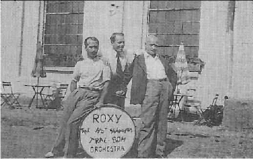 """Anton Thoresen, Einar Hansteen og Oscar Andresen, alle fra Drøbak, dannet """"Roxy The Hot swingers orchestra""""."""