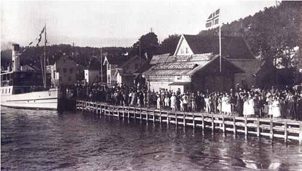 En flaggprydet Nesoddbåt – «D/S Fagerstrand I» – legger til ved Lehmannsbrygga. Året er 1923.