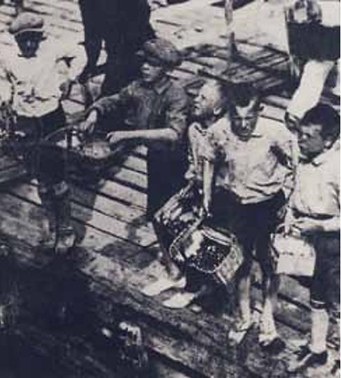 Morellgutter på Lehmannsbrygga. Fra venstre: Aksel Jacobsen, Lars Larsen, Otto Larsen, Bernhard Magnussen og Richard Ermesjø. (Utsnitt. Kilde: «Drøbak – Bilder fra en svunden tid»).