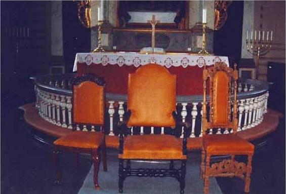 Tre av stolene etter restaurering. Domproststolen står i midten med de to brudestolene på hver side. (Kilde: Arne Smith).
