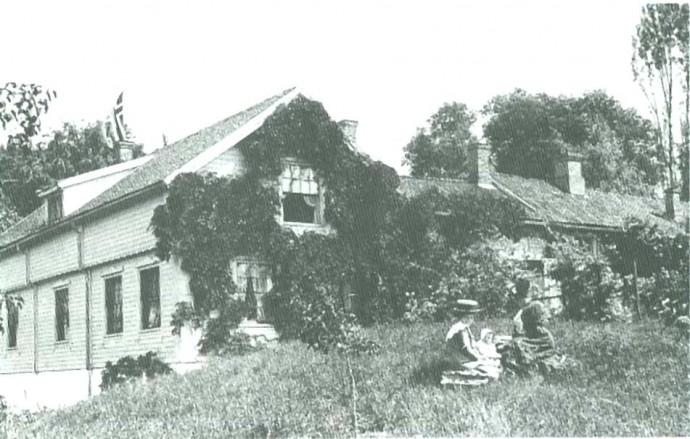 Familien Parr kom fra Yorkshire i England. At familiens villa (Villa Parr) ble utstyrt med engelske skyve-vinduer, var vel ikke så merkelig. At de egnet seg dårlig i norsk klima, er en annen sak. (Ta en titt på de fine små detaljer på huset neste gang du spaserer forbi).