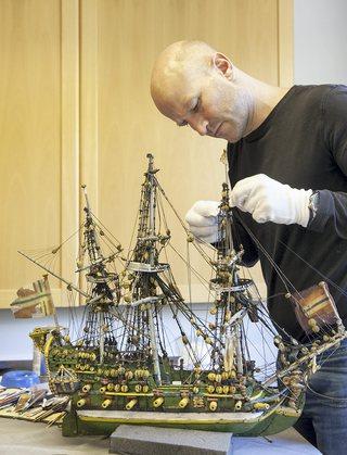 Direktør og konservator ved Follo Museum har stått for konserveringen av kirkeskipet.