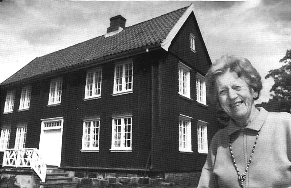Fru Brun foran Rødhuset sitt på Tverkjegla. Foto: Simen Storrud