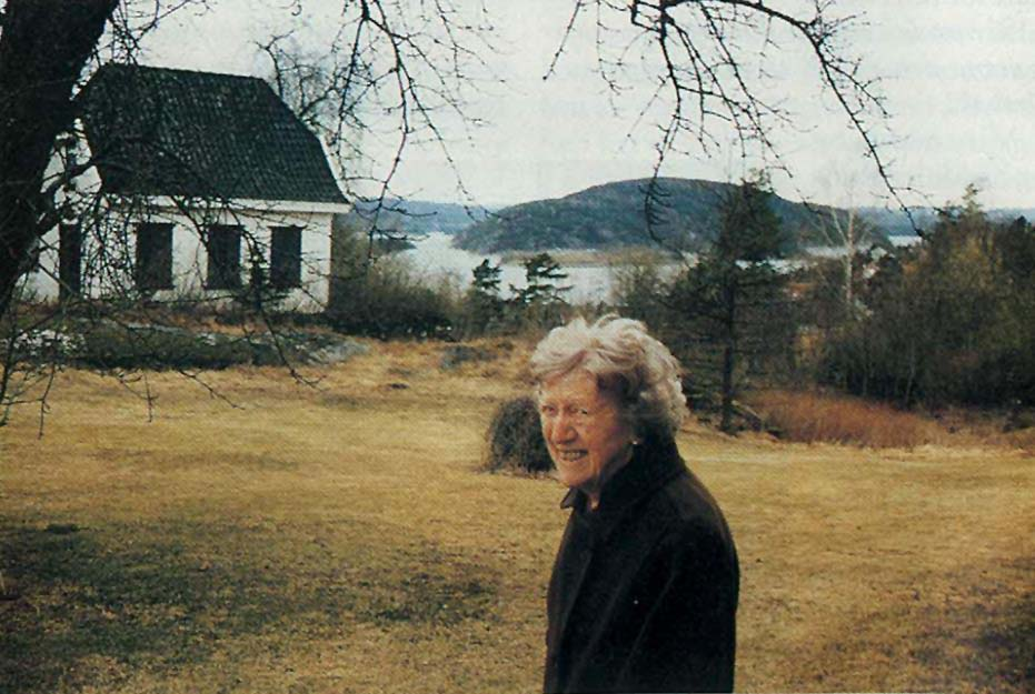 Fru Brun på tunet nedenfor Rødhuset med utsikt over Drøbak og Vestfjorden. «Dukkestuen» til venstre.