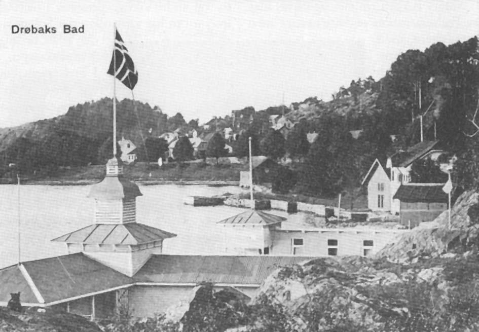 Fotografiet av Drøbak Strømbad, som ble bygget i 1900, er fra rundt 1910. Nord for badet ser vi Parrstranda i bakgrunnen med Skvulpen, som brandt nyttårsaften 1959. I fotografiets høyre kant, like bak badet, ser vi først en liten bod eller skur. Det huset en av festningens lyskastere. Deretter kommer Varmbadet og bortenfor dette - med gavlen mot sjøen - en sjøbod tilhørende Parr. Her lagret man i sin tid vaier og tauverk, trosser og taljer, som man trengte for å fortøye skutene som kom for å laste is. Det er denne sjøbua som i 1949 ble bygget om til båtbyggeri, og som vi skal berette om i denne artikkel.