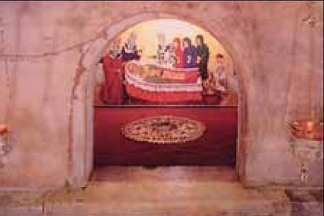 Sankt Nikolaus grav i katedralen i Bari. (Foto: Wikipedia).