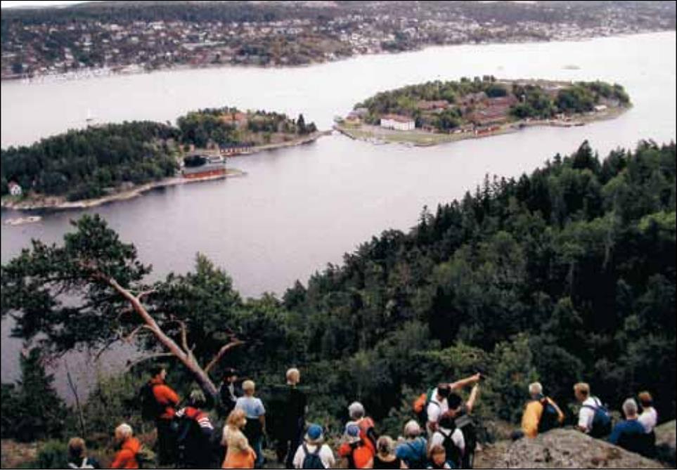 Oscarsborg Festning (Kaholmene) sett fra Håøya, med barn og voksne på vandretur over øya i august 2003. Foto: Einar Berle