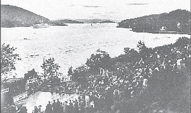 To bilder tatt med 60 års mellomrom. Svart/hvitt bildet over er fra åpningen av amfien i Badeparken.. Amerikabåten «Stavangerfjord» er på vei ut fjorden. På bildet under er danskebåten omtrent på samme sted 60 år etter.