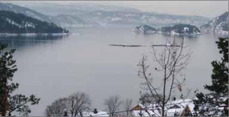 Utsikt fra Brunskogen vinteren 2008. Vi kan skimte strømstripen fra jeteen fra Hurum over til Småskjær. (Foto: S.L.)